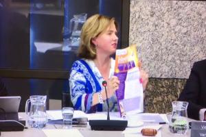 Cora van Nieuwenhuizen toont Kenniskrant Heet Nieuws van Helder en Duidelijk aan de Tweede Kamer